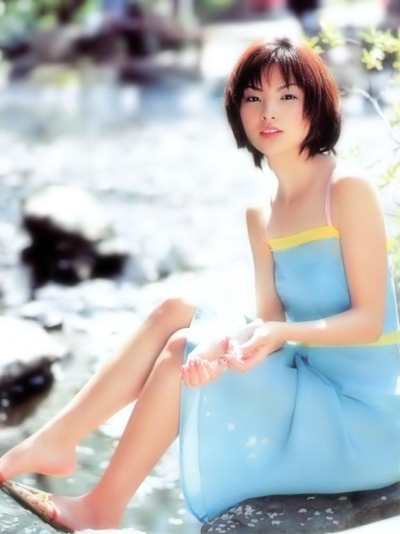 青色のワンピースが爽やかな可愛い笑顔の田中麗奈